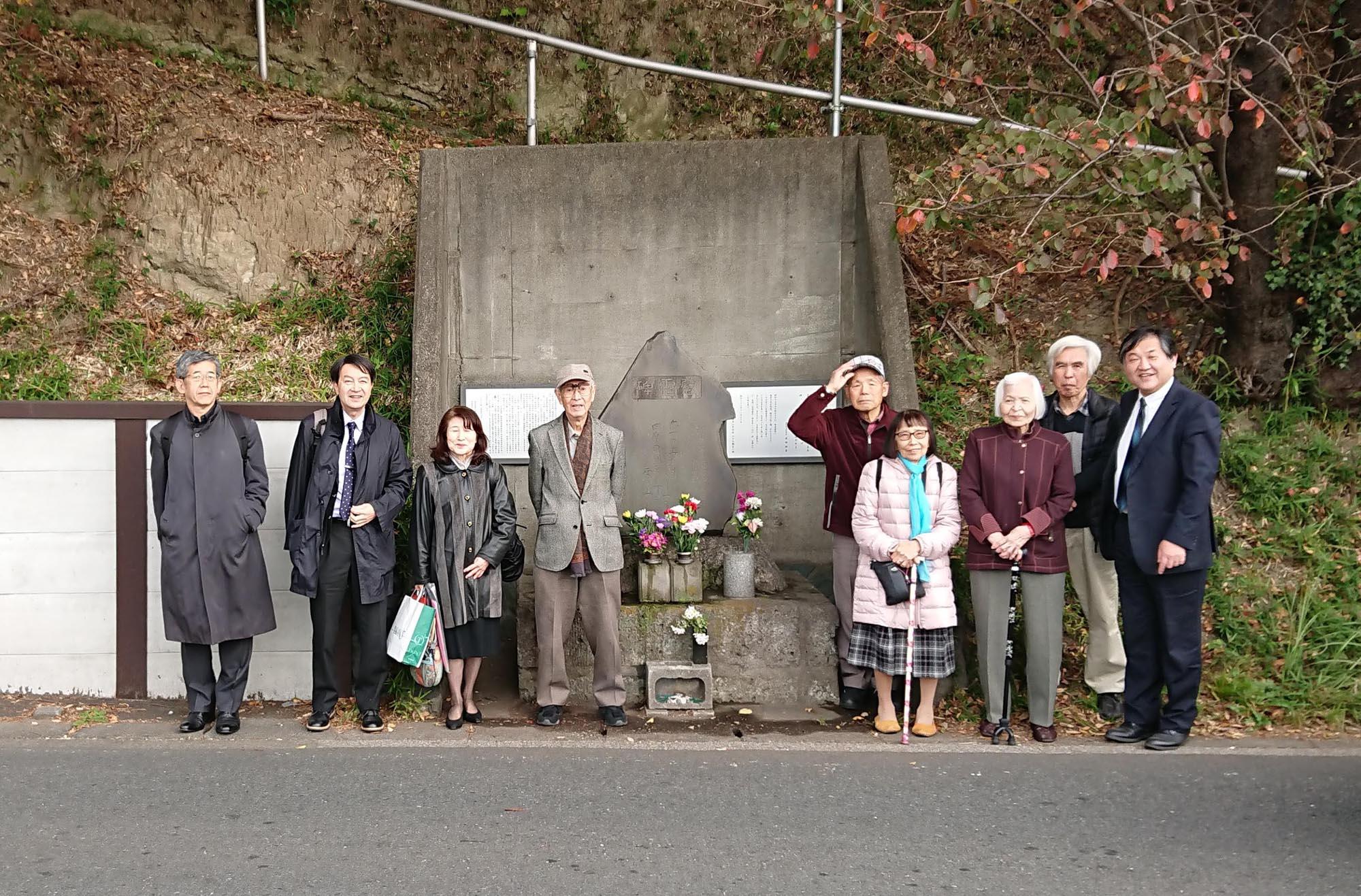 慰霊碑の前で(2018年11月24日小林副校長撮影)